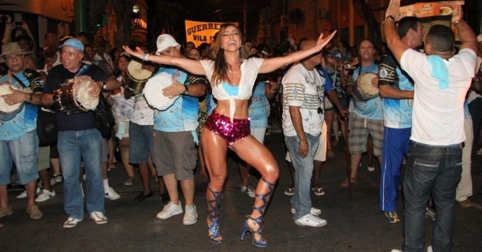 19.dez.2012 - Sabrina Sato exibiu o corpão sarado vestindo shortinho curto e decote no ensaio técnico de rua da Vila Isabel no Rio de Janeiro. Sabrina é a Rainha de Bateria da escola de samba carioca
