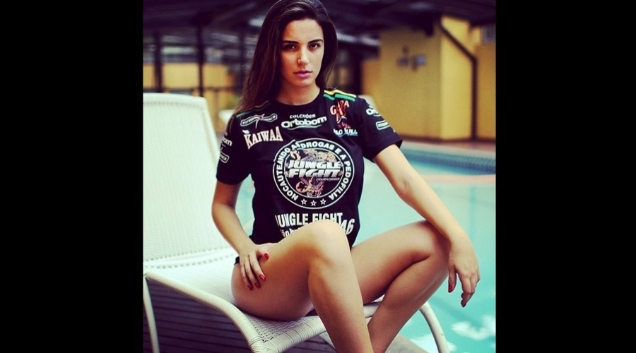 20.dez.2012 - A ex-BBB Laisa divulgou uma imagem vestindo a camisa do Jungle Fight, evento de MMA do qual é ring girl