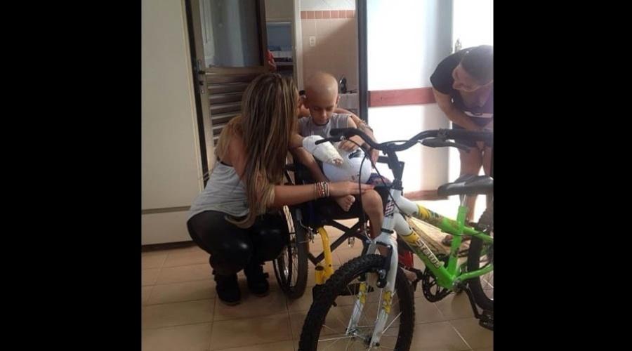 20.dez.2012 - A ex-BBB Monique Amin visitou um hospital infantil e divulgou foto ao lado de um menino chamado Luiz.