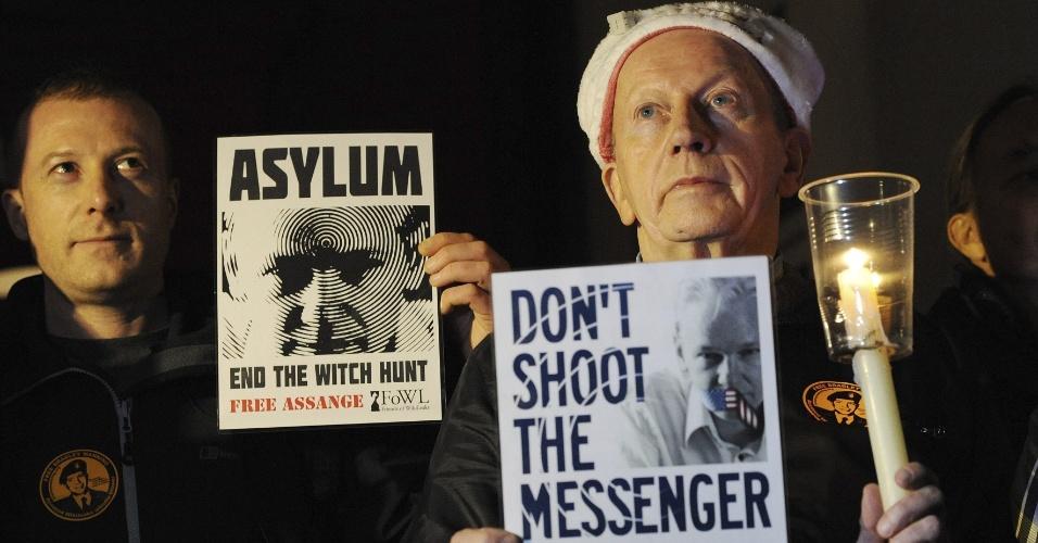 20.dez.2012 - Apoiadores de Julian Assange aguaram para ouvir o discurso do fundador do WikiLeaks em frente à Embaixada do Equador em Londres, no Reino Unido. Assange está há seis meses refugiado no local para evitar sua extradição para a Suécia