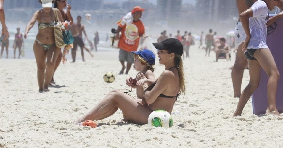 20.dez.2012 - Danielle Winits foi à praia da Barra da Tijuca, zona oeste do Rio. A atriz estava acompanhada do filho, Guy, fruto da união com Jonatas Faro. Ela também é mãe de Noah