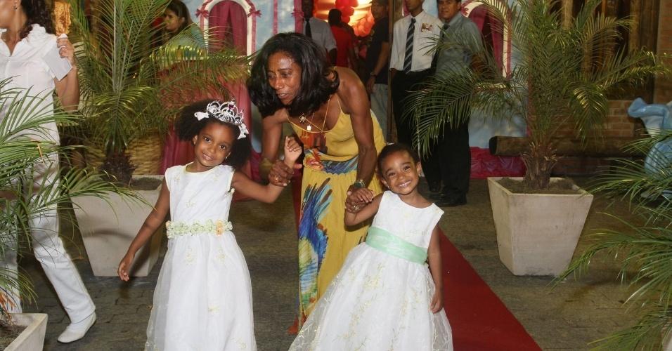 20.dez.2012 - Glória Maria celebrou o aniversário das filhas Laura (esq.) e Maria (dir.) em uma casa de festas na zona oeste do Rio. Laura completou quatro anos e Maria, cinco