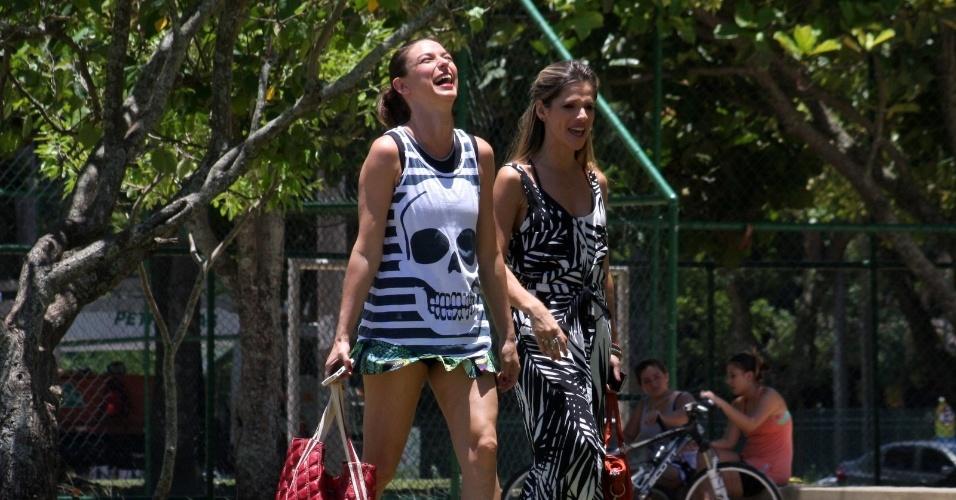 20.dez.2012 - Maria Paula e Ingrid Guimarães gravaram participação para um programa em um quiosque na Lagoa Rodrigo de Freitas, zona sul do Rio