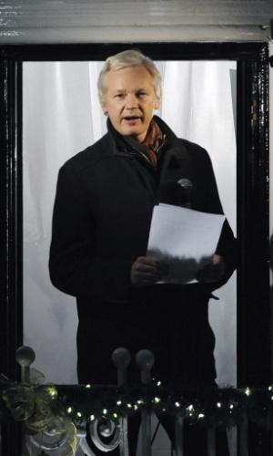20.dez.2012 - O fundador do WikiLeaks, Julian Assange, faz discurso da janela da Embaixada do Equador em Londres, no Reino Unido, no dia em que completa seis meses de seu refúgio na embaixada para evitar a extradição para a Suécia