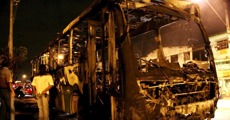 20.dez.2012 - Ônibus fica destruído após ser incendiado por criminosos na avenida Professor Raimundo Pereira de Magalhães, em Pirituba, zona norte de São Paulo