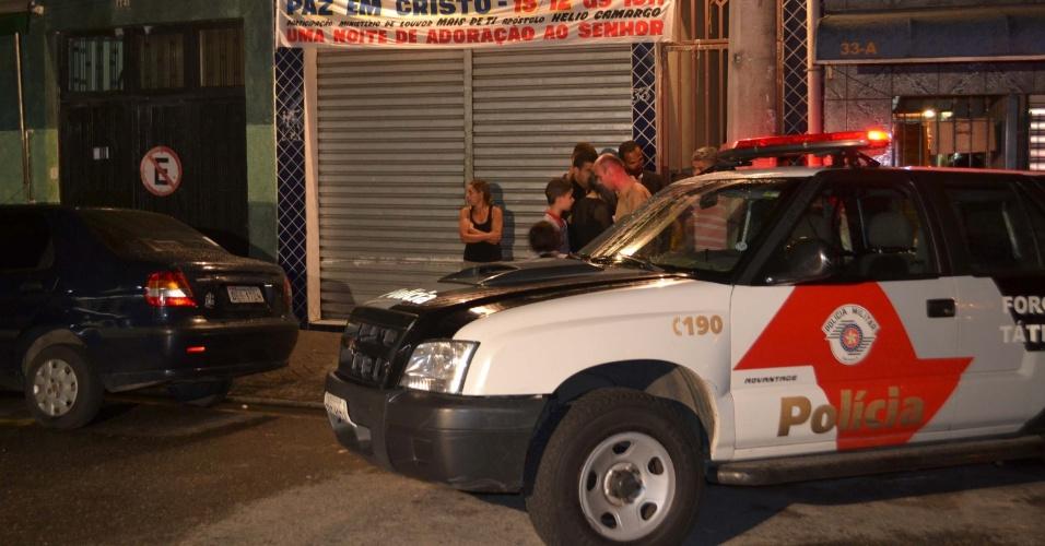 20.dez.2012 - Polícia cerca igreja onde um homem foi assassinado com nove tiros na Vila Maria, em São Paulo. O crime aconteceu por volta das 22h, na rua Queirós Veloso