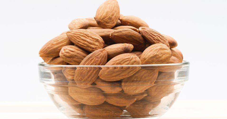 Amêndoas - 20g, 7 unidades = 119 calorias. Por ser bastante calórica, deve ser consumida com moderação, mas é rica em gordura insaturada, que previne as doenças cardiovasculares e também em cálcio que ajuda na saúde óssea