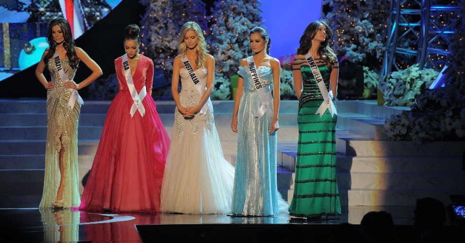 Cinco finalistas do Miss Universo 2012 fazem um minuto de silêncio em homenagem às vítimas de Newtown