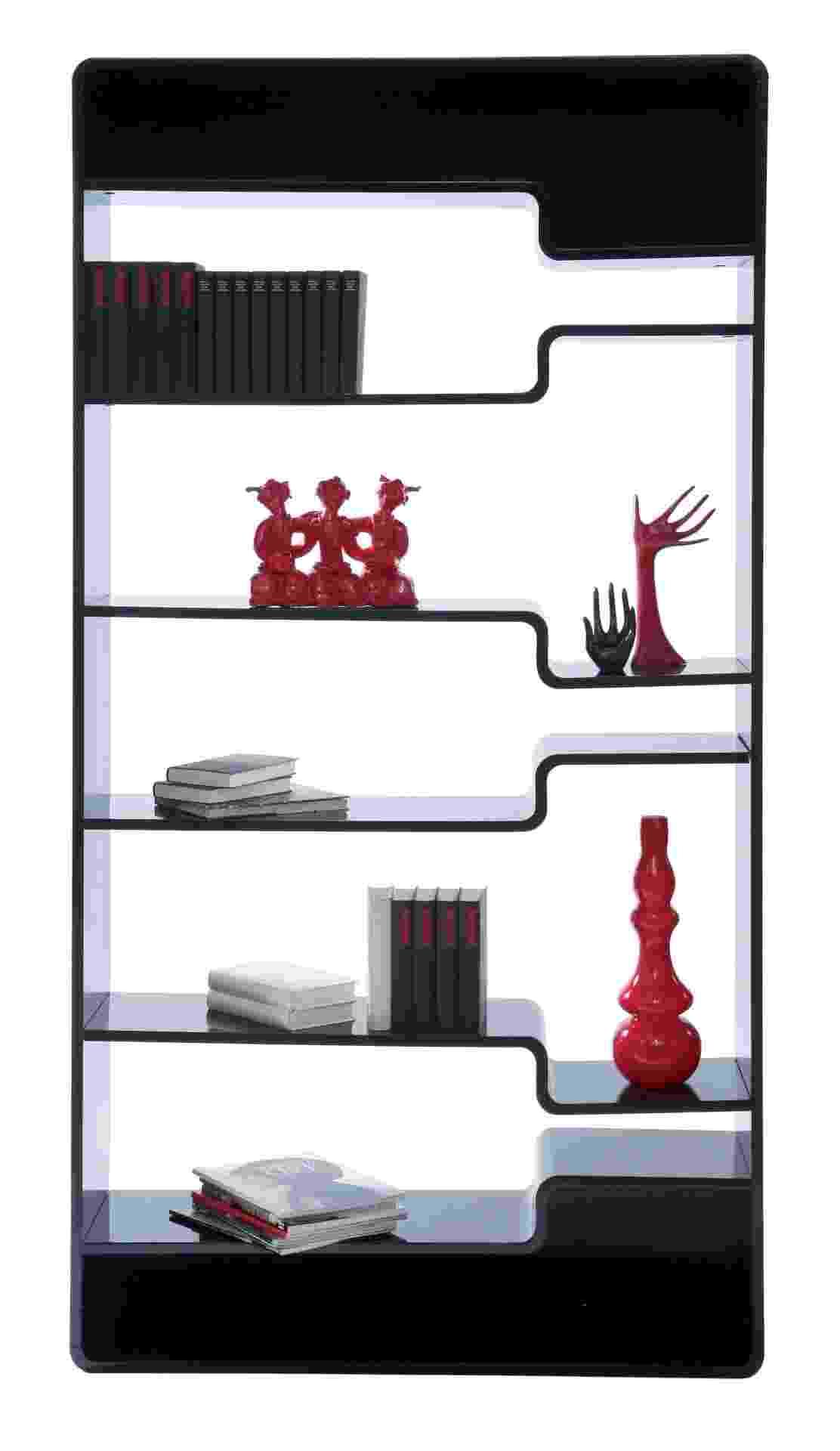 Da marca alemã Kare, a estante Soft Shelf Black, feita de MDF com laca brilhante, tem prateleiras com diferentes alturas. O móvel mede 2,20 m por 1,10 m por 0,30 m e pode ser comprado na filial brasileira (www.kare-saopaulo.com.br) por R$ 5.080 I Preços pesquisados em dezembro de 2012 e sujeitos a alterações - Divulgação