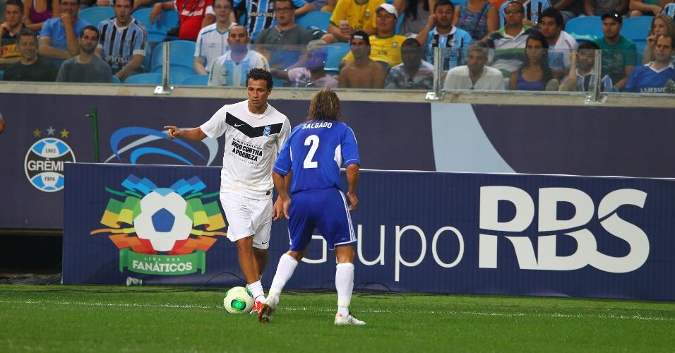 Leandro Damião deu 'lambreta' em Michel Salgado, mas foi vaiado na Arena do Grêmio