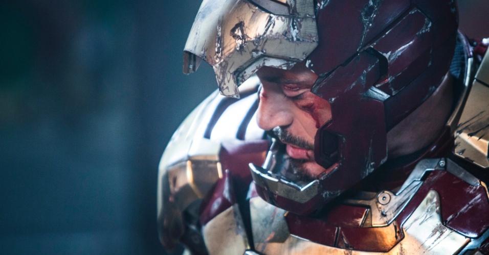 Tony Stark (Robert Downey Jr.) aparece com a armadura riscada e o rosto sangrando em nova imagem de
