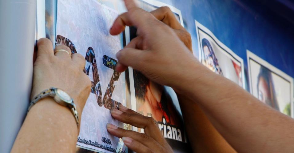 21.12.2012 - Famílias das vítimas e sobreviventes da tragédia em Realengo, tiroteio que, em 2011, matou 12 crianças e feriu mais de dez na Escola Municipal Tasso da Silveira, zona oeste do Rio de Janeiro, fazem uma homenagem às vítimas do massacre na Escola Primária Sandy Hook, ocorrido nos Estados Unidos, na última sexta-feira (14)