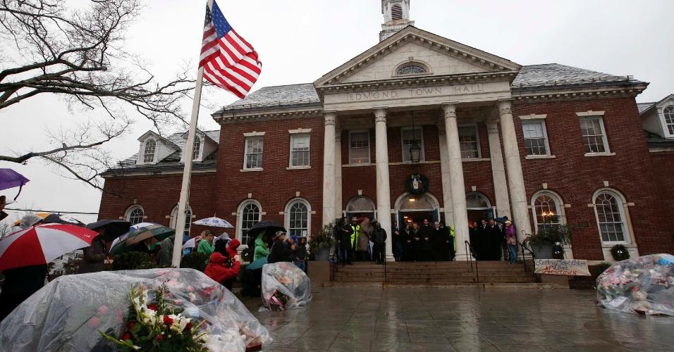 21.dez.2012 - Em frente ao prédio da Prefeitura de Newtown, o governador de Connecticut, Daniel Malloy, acompanhado de diversas pessoas, faz um minuto de silêncio, ao som do badalar de sinos, em homenagem às vítimas do tiroteio na escola primária Sandy Hook