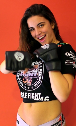 21.dez.2012 - Laisa Portela, ex-BBB, atua como ring girl do Jungle Fight em Porto Alegre