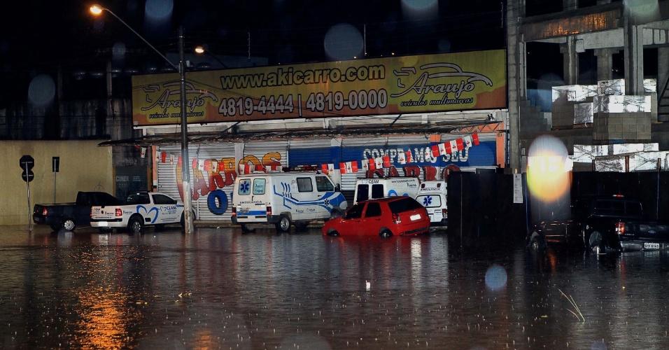 21.dez.2012 - Rua da região central de Franco da Rocha (SP) fica alagada após forte chuva. As cidades paulistas se preparam nesta sexta-feira para o início da movimentação nas estradas para o feriado de Natal, em meio a temperaturas altas e fortes chuvas