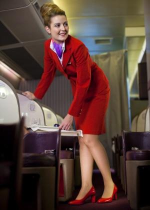 Aeromoça da Virgin Atlantic usa sapato vermelho de salto grosso combinando com o uniforme - Virgin Atlantic/The New York Times