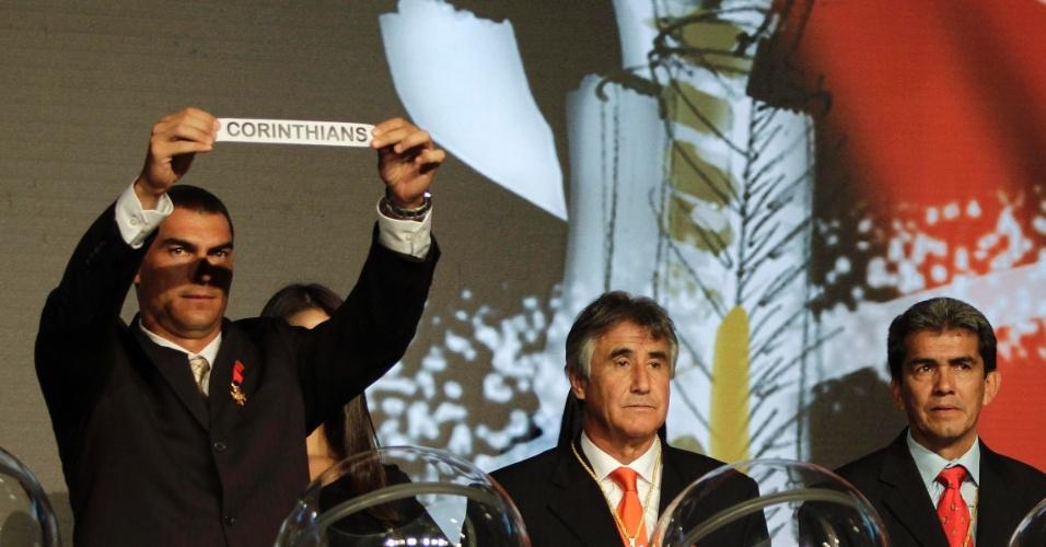 Goleiro colombiano Faryd Mondragon mostra papel com o nome do Corinthians, cabeça de chave do Grupo 5 da Libertadores de 2013