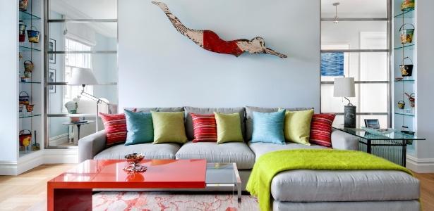 Figura de madeira usada em motéis dos anos 1930 confere irreverência à decoração da sala de estar - Bruce Buck/ The New York Times
