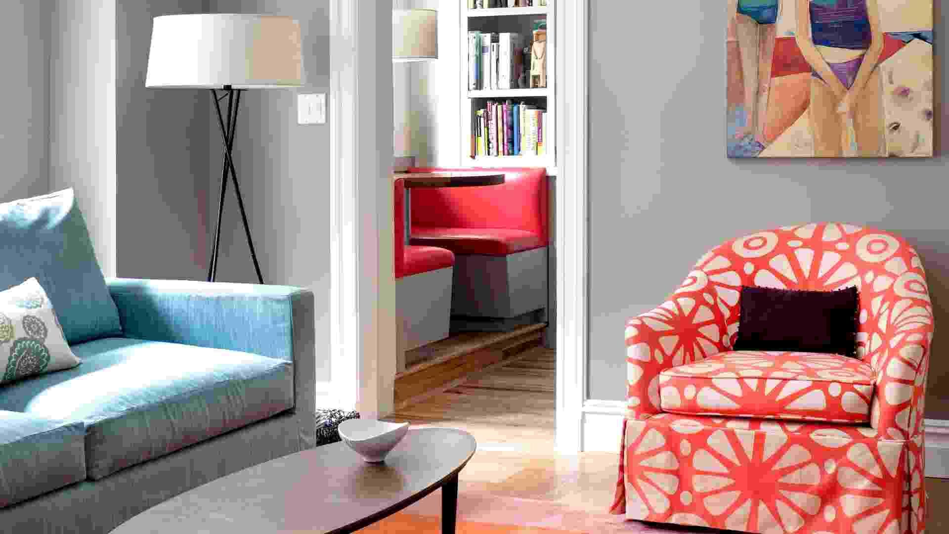 O sofá e a poltrona do quarto de hóspedes foram revitalizadas com tecidos Sina Pearson. Na parede, quadro feito pela irmã da proprietária Marie DiManno, Pam Smith (Imagem do NYT, usar apenas no respectivo material) - Bruce Buck/ The New York Times