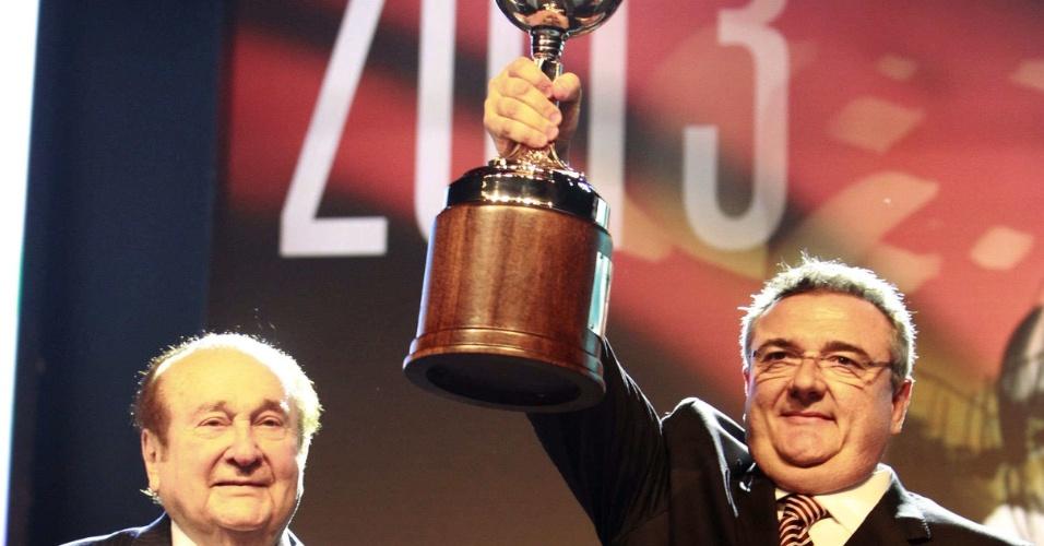 Mário Gobbi, presidente do Corinthians, ergue a taça da Copa Libertadores, conquistada pelo clube em junho com vitória sobre o Boca Juniors