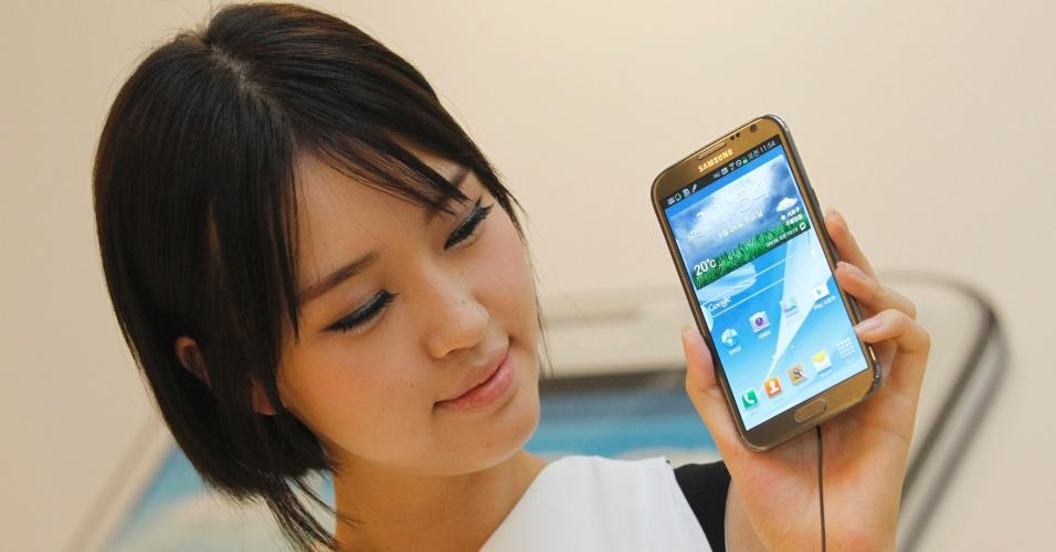 Modelo apresenta o Galaxy Not II, telefone celular da Samsung com (enorme) tela de 5,5 polegadas