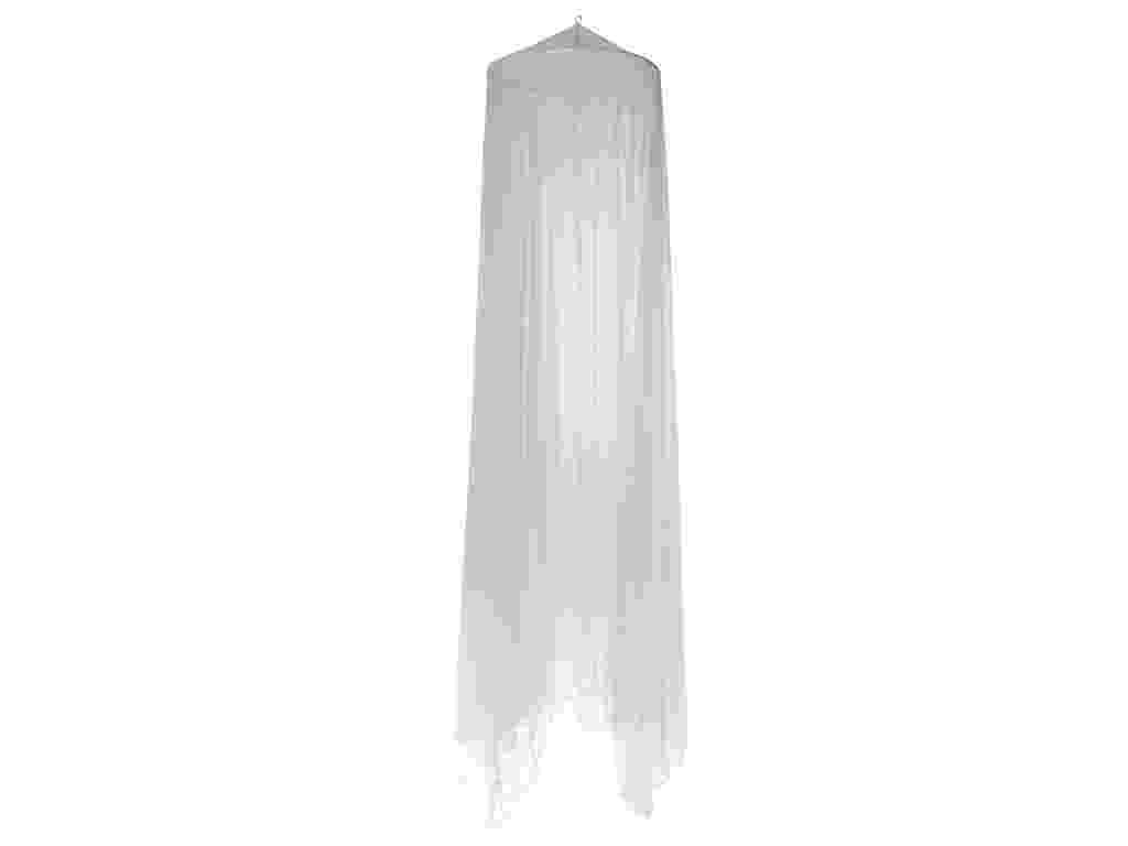 O mosquiteiro Chateau para cama de casal, na cor branca, da Tok&Stok (www.tokstok.com.br), possui aro em plástico revestido com tecido poliéster. O item surgiu com a funcionalidade de proteger as pessoas de insetos durante o sono, porém atualmente ganhou valor estético na decoração - Divulgação