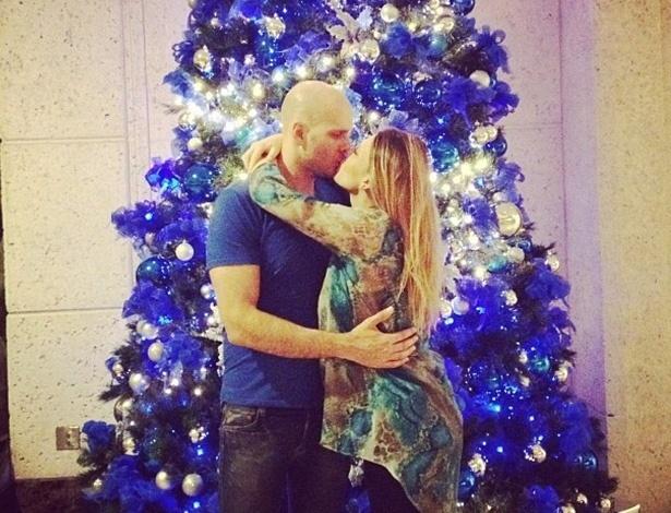 """21.dez.2012 - Sheila Mello postou em seu perfil do Instagram uma foto em clima natalino beijando o marido, o ex-nadador Xuxa. """"Clima natalino invade minha vida!"""", escreveu a ex-loira do Tchan"""