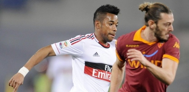 22/12/2012 - Robinho recebe marcação do zagueiro Balzaretti durante o clássico entre Roma e Milan
