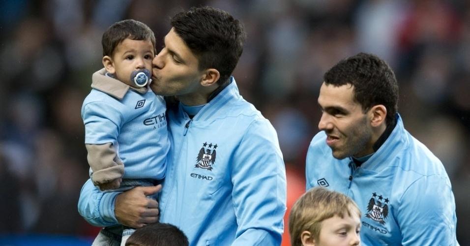 22/12/2012 - Agüero e Tevez, do Manchester City, entram em campo diante do Reading com crianças
