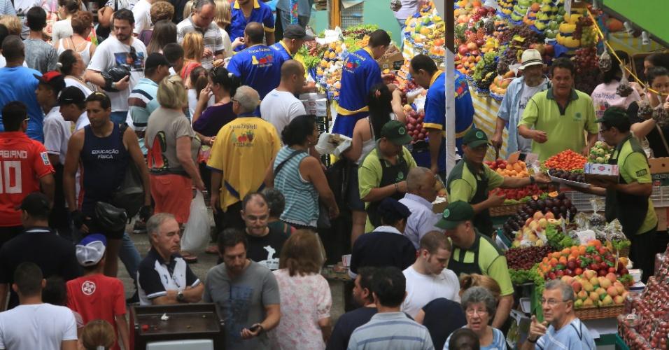 22.dez.2012 - Nas vésperas do Natal, movimento no Mercado Municipal de São Paulo, no centro da capital paulista, é intenso