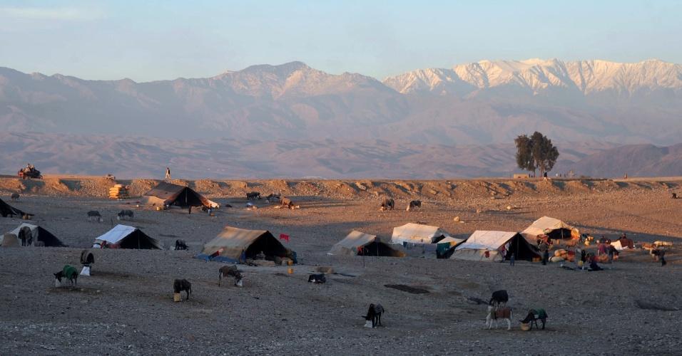22.dez.2012 - Barracas usadas como abrigo por refugiados são dispostas nos arredores de Jalalabad, a 150 km de Cabul, no Afeganistão