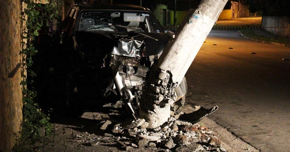 22.dez.2012 - Carro bate e destrói poste após atropelar casal, na madrugada deste sábado (22), no Parque São Domingos, zona oeste de São Paulo