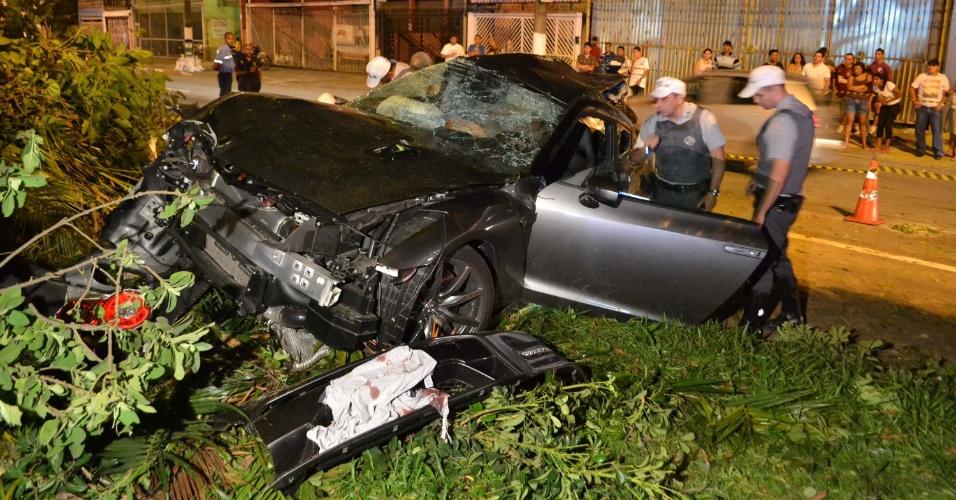 22.dez.2012 - Carro bateu contra árvore em Interlagos, São Paulo