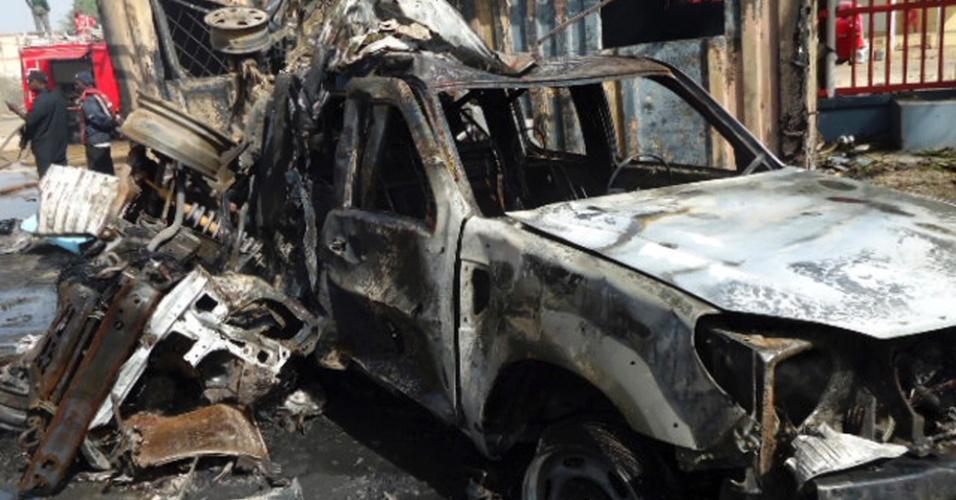 22.dez.2012 - Carros são destruídos durante ataque suicida em Kano, no norte da Nigéria