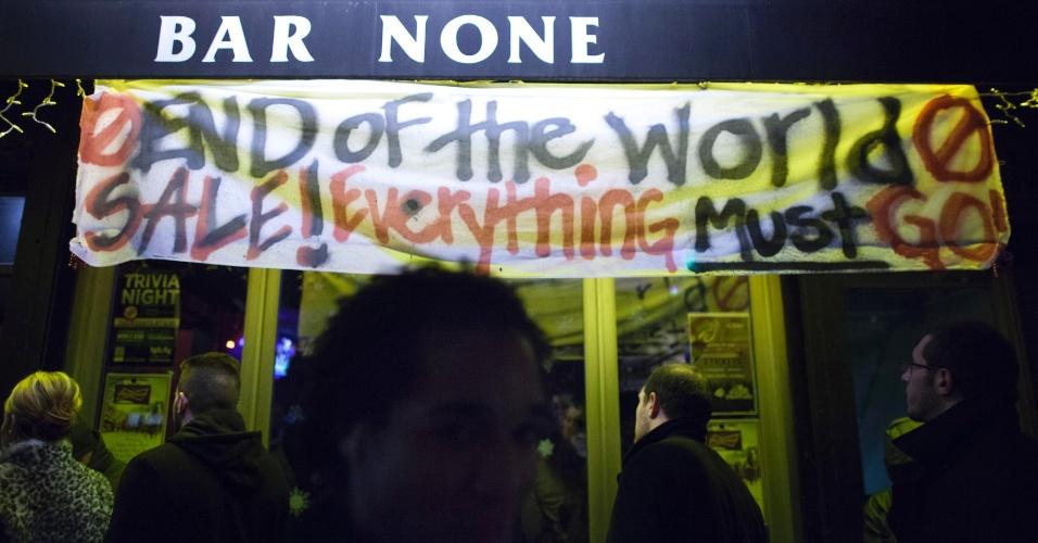 """22.dez.2012 - Cartaz em fachada de bar convida para celebração do """"fim do mundo"""", na noite desta sexta-feira (21), em Nova York"""