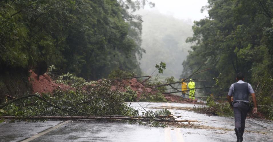22.dez.2012 - Chuva forte causa desmoronamento de terra e interdita rodovia Índio Tibiriça (SP-31), na altura do quilômetro 46, na cidade de Ribeirão Pires (SP)