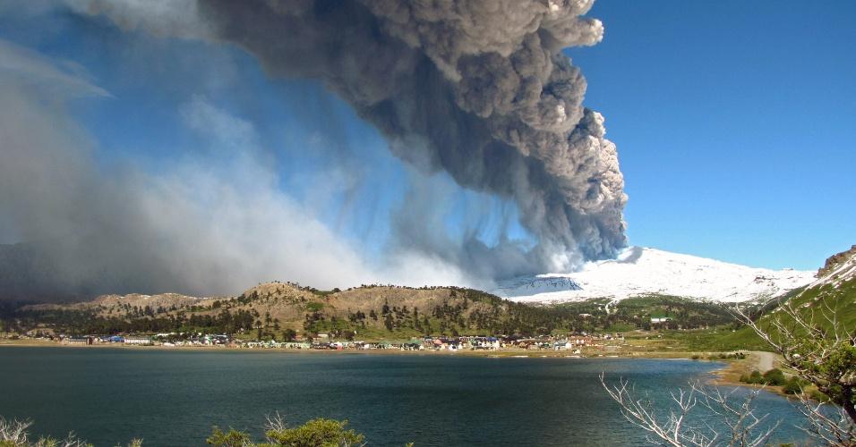 22.dez.2012 - Cinza de vulcão Copahue cobre o céu de Caviahue, localizado no sul do Chile, na zona fronteiriça com a província argentina de Neuquén