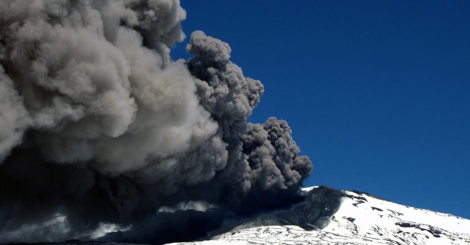 22.dez.2012 - Cinza escura do vulcão Copahue é vista da cidade de Caviahue, na Argentina