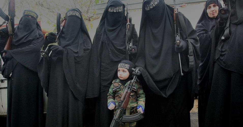 22.dez.2012 - Criança segura rifle durante o funeral de três dos 22 líbios mortos em Tal Kalakh, cidade síria que faz fronteira com o Líbano, realizado em Trípoli. Os homens foram para a Síria para lutar com os rebeldes e foram mortos em uma emboscada na província de Homs, segundo uma fonte de segurança