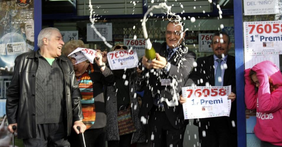 22.dez.2012 - Espanhóis comemoram o resultado da loteria de Natal conhecida ?El Gordo?, que sorteou várias famílias de bairros empobrecidos de Barcelona. O prêmio, o mais generoso do Natal, vai distribuir 8 milhões de euros (cerca de R$ 22 milhões) pelas famílias