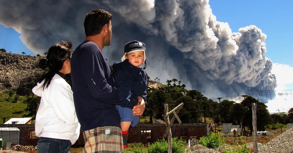 22.dez.2012 - Família observa cinza sair de vulcão Copahue em Caviahue, localizado no sul do Chile, na zona fronteiriça com a província argentina de Neuquén