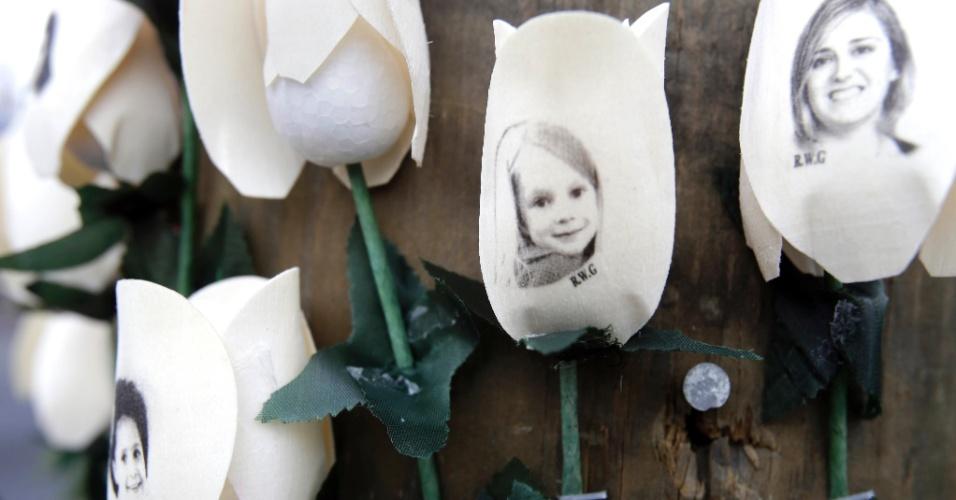 22.dez.2012 - Fotos dos mortos em tiroteio na escola primária Sandy Hook são impressas em rosas artificiais e expostas em um memorial na cidade Newtown, em Connecticu (EUA)