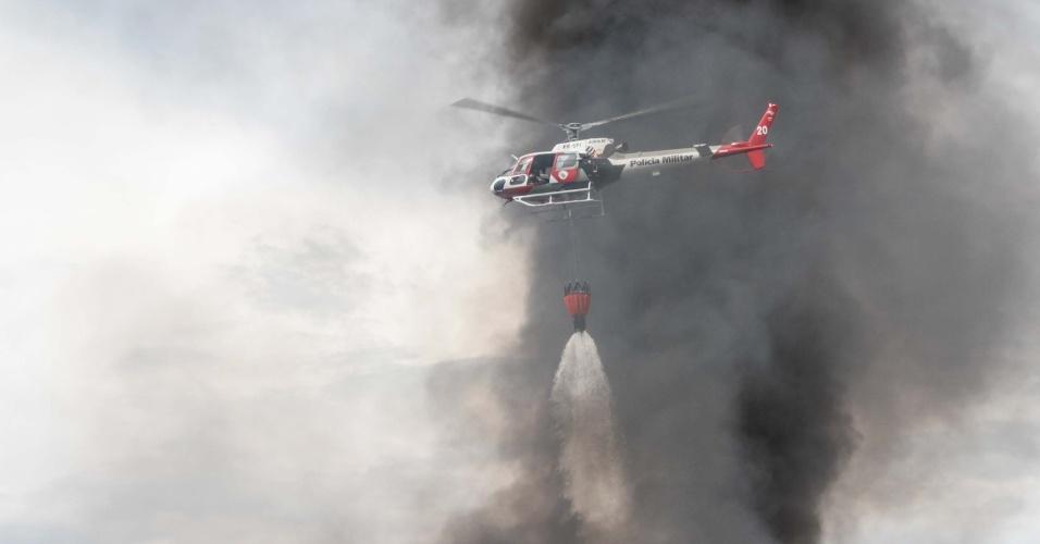 22.dez.2012 - Helicóptero auxilia bombeiros a conter incêndio de grandes proporções em uma fábrica de colchões no bairro Vila Mariana, em Ribeirão Preto, interior de São Paulo
