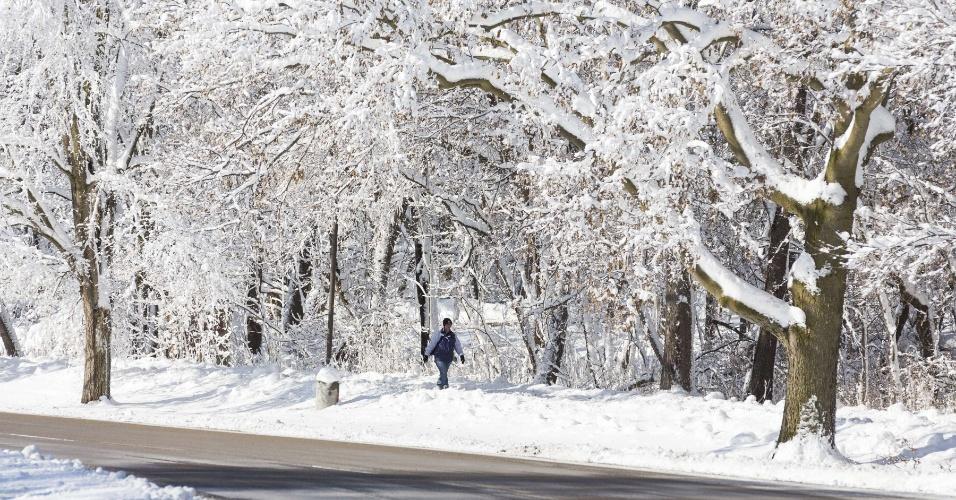 22.dez.2012 - Homem caminha no campus da Universidade de Wisconsin, em Madison, durante nevasca que castiga o meio-oeste dos EUA