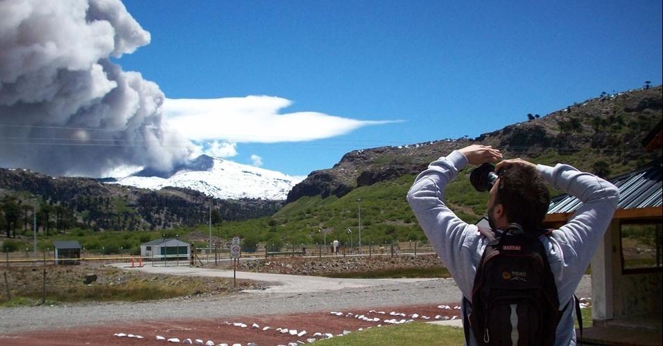 22.dez.2012 - Homem tira foto do vulcão Copahue, localizado no sul do Chile, na zona fronteiriça com a província argentina de Neuquén