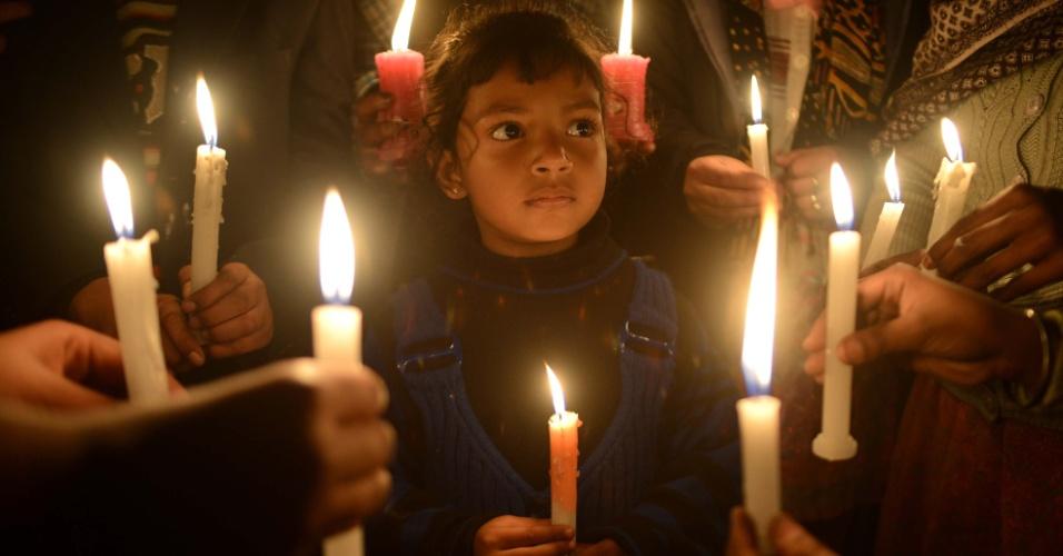 22.dez.2012 - Indianos cristãos ascedem velas durante missa em uma igreja em Amritsar, na Índia. Ainda que apenas 2% da população seja cristã, o Natal é comemorado com pompa e zelo em toda a Índia