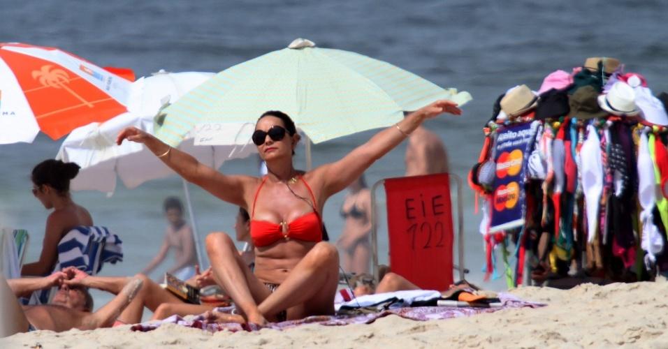 22.dez.2012 - Luíza Brunet aproveita manhã de sol na praia de Ipanema, no Rio