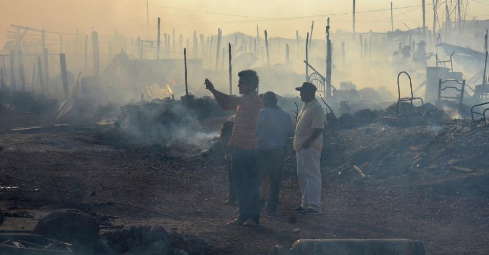 22.dez.2012 - Moradores observam destroços de casas após incêndio em Morelia (México)