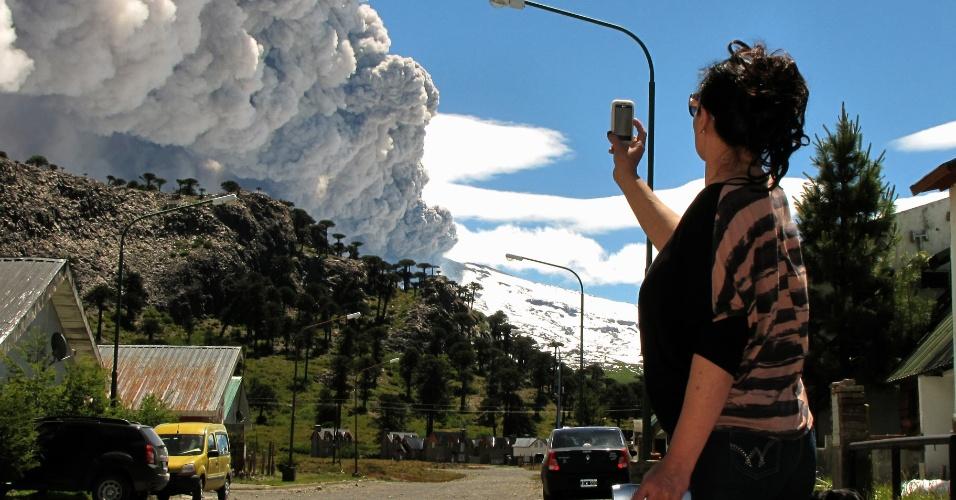 22.dez.2012 - Mulher tira foto do vulcão Copahue, localizado no sul do Chile, na zona fronteiriça com a província argentina de Neuquén