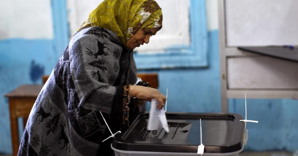 22.dez.2012 - Mulher vota neste sábado (22) em Giza, ao sul do Cairo, capital do Egito. O país realiza a segunda parte do referendo sobre a polêmica Constituição, apoiada por islamitas e muito criticada por opositores